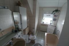 Das Badezimmer mit Dusche und  Badewanne